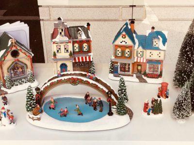 店内 クリスマスの雰囲気一色 大創業祭も好評開催中です。