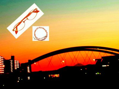 小さな富士山の上には三日月、川面に赤い夕焼け(鶴見川 鴨池橋にて)