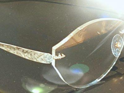 ツーポイントメガネの魅力は、光と曲線。