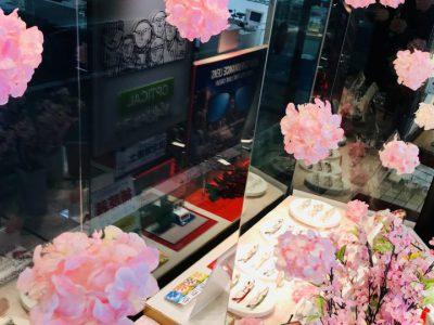桜色の店頭ディスプレイと中山店お薦めフレームたち